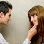 Lenguaje corporal masculino: 4 tips para aumentar el contacto físico