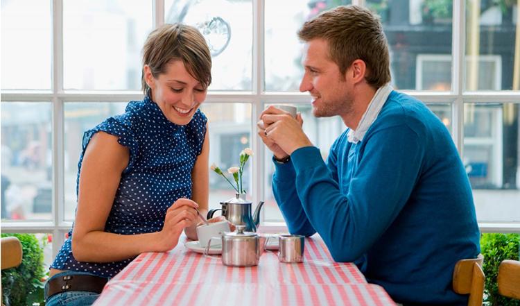 qué hacer en una primera cita tomar un café