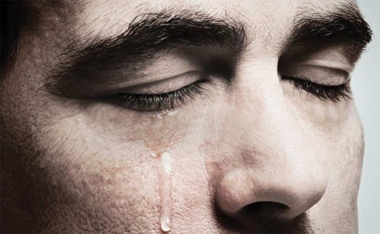 Resultado de imagen para hombre llorar
