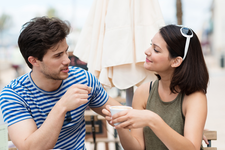 pareja conversando en un cafe