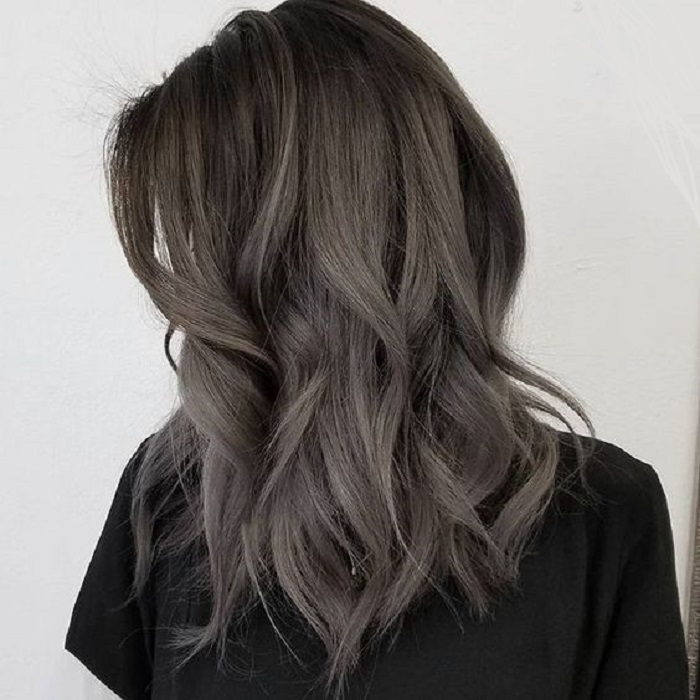 cabello gris en morenas